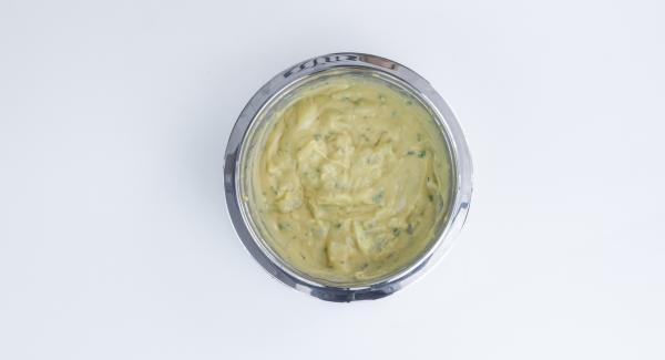 Tagliare il pesce a bocconcini. Passare i bocconcini di baccalà prima nella farina e poi nella pastella.