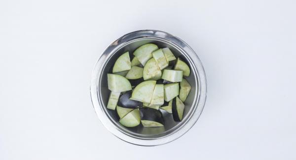 Tagliare la melanzana a pezzi grandi e metterli nella Softiera 24 cm.