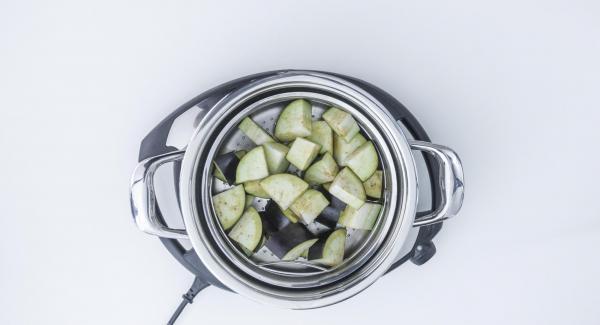 Disporre la Softiera nell'Unità di cottura. Aggiungere 150 ml di acqua e chiudere con EasyQuick.