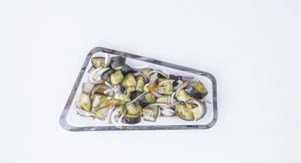 Completare il piatto distribuendovi sopra il dressing e degli anelli di cipolla.