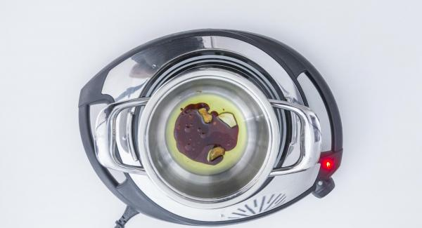 Rosolare leggermente l'aglio nell'olio in una Unità di cottura piccola. Aggiungere la salsa di soia e far riposare.