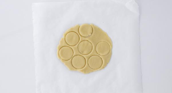 Stenderlo con un mattarello (1 cm di spessore) e ricavarne delle forme a piacere.