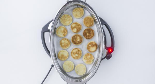 """Al suono di Audiotherm, voltare i biscotti, inserire un tempo di cottura di 1 minuto su Audiotherm e ruotarlo finchè compare il simbolo """"verdura""""."""