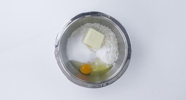 Mescolare tutti gli ingredienti in una bacinella, fino a ottenere una pasta frolla compatta.