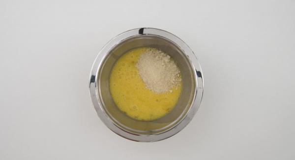 In una bacinella, sbattere le uova. Unire il parmigiano grattugiato e insaporire con sale e pepe.