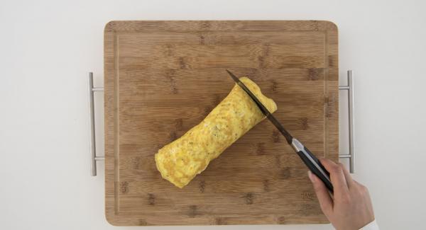 Avvolgere la frittata per formare il rotolo. Tagliare infine il rotolo a fette e servire.