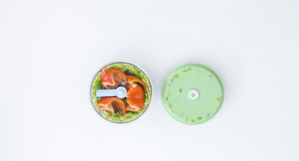 Tritare finemente le verdure nel Tritamix. Tagliare l'aragosta in pezzi come mostrato nelle foto, con un coltello adatto.