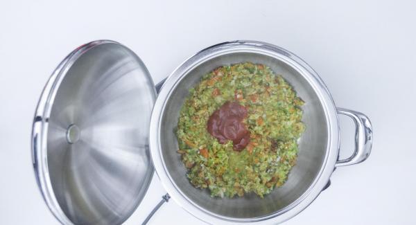 Al suonod di Audiotherm, versare l'olio, la salsa di pomodoro, le teste di aragosta e lo zafferano. Mescolare e unire il brodo di pesce.