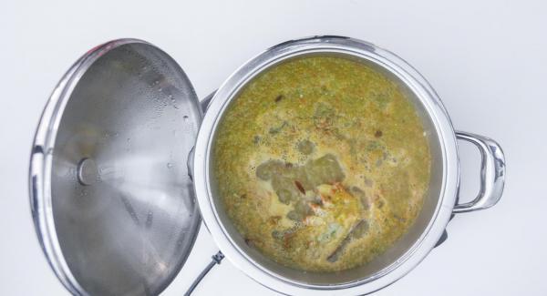 Trascorso il tempo di cottura, togliere il coperchio, aggiungere il corpo e le chele dell'aragosta, il riso e mescolare.