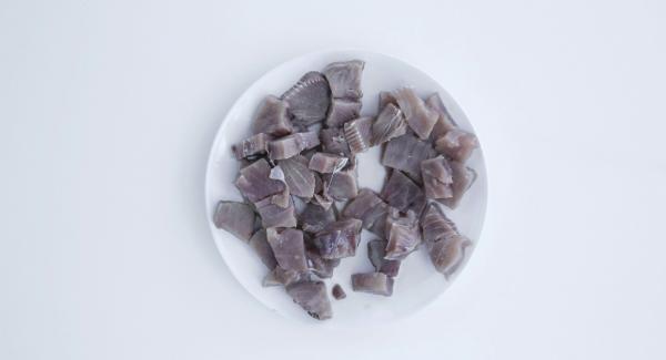 Pelare e tagliare a dadini la cipolla e l'aglio. Sbollentare i pomodori in acqua bollente, pelarli e tagliarli a dadini. Tagliare il tonno a cubetti grandi.