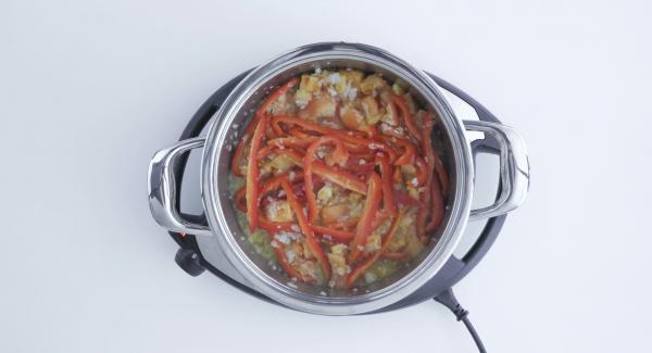 Trascorso il tempo di cottura, aggiungere i cubetti di tonno e cuocere per 3 minuti.