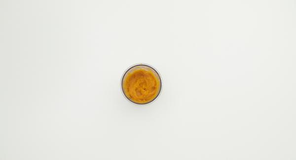 Passare la zucca fino ad ottenere una consistenza cremosa e lasciarla raffreddare.