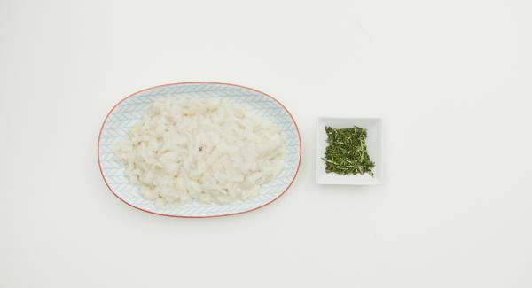 Pelare la cipolla e l'aglio e tritare finemente con l'aiuto di Tritamix. Pulire i calamari e tagliarli in piccoli cubetti. Tritare le foglie di timo e rosmarino.