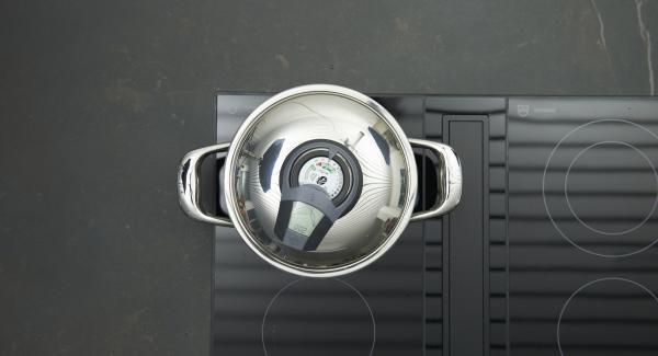 """Inserire un tempo di cottura di 2 minuti su Audiotherm, ruotarlo su Visiotherm finchè compare il simbolo """"verdura"""" e cuocere gli spinaci."""