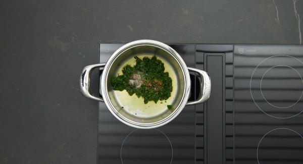 Insaporire gli spinaci con sale, pepe e noce moscata. Toglierli dalla Padella, lasciarli raffreddare e quindi tagliarli a pezzetti.