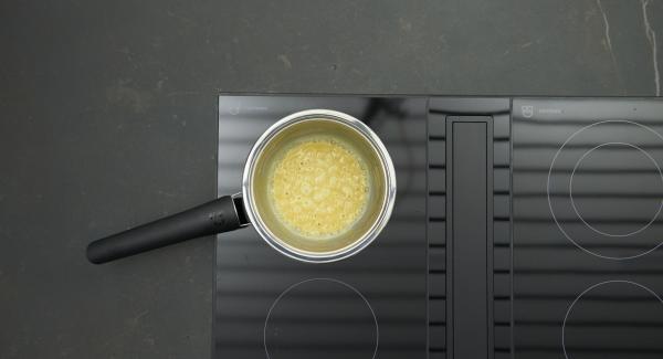 Mettere il burro in una Sauteuse e riscaldare a calore massimo. Al suo sfrigolio, abbassare il calore, aggiungere la farina e mescolare fino a farlo rapprendere. Sfumare con il vino e aggiungere lentamente il brodo continuando a mescolare. Fare sobbollire per ca. 8 minuti, mescolando di tanto in tanto. Aggiungere la panna e gli spinaci e insaporire se necessario.