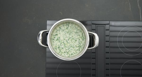 Aggiungere la panna, unire il tutto agli spinaci e insaporire se necessario.