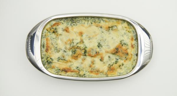 Iniziare mettendo nella Lasagnera il sugo alla bolognese e disporre gli strati in modoalternato, terminando con la crema di spinaci e una spolverata di parmigiano. Cuocere in forno per circa 30 minuti fino a ottenere la doratura desiderata.