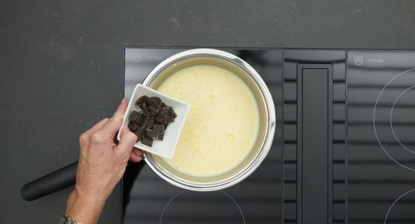 Spezzettare il cioccolato, unirlo alla crema e continuare a mescolare.