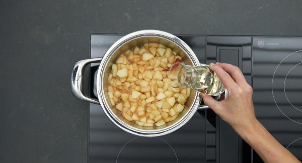 Aggiungere le mele, le pere e il peperoncino, sfumare con il Calvados o con il rum e lasciar evaporare l'alcool. Aggiungere il vino bianco e il succo di mela e ridurre fino a ottenere una consistenza cremosa. Togliere infine il peperoncino.