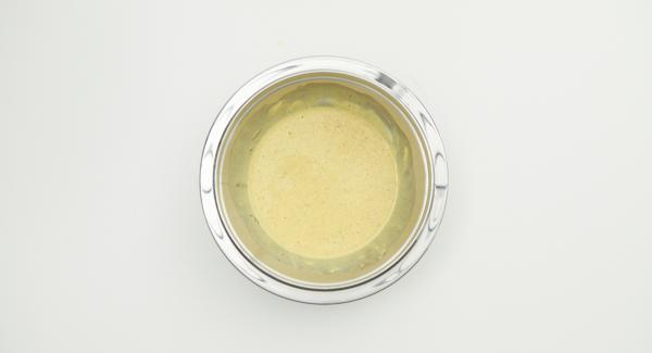 Separare le uova e montare gli albumi a neve con un pizzico di sale. Mescolare i tuorli, la vanillina e la panna acida.