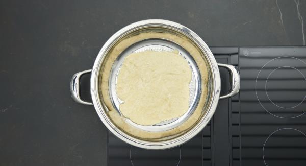 Al suono di Audiotherm, abbassare il calore, cospargere con il burro e aggiungere la pastella.