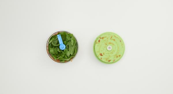 Lavare i pomodori, togliere i semi e tritare assieme alle olive nel Tritamix. Aggiungere il basilico e tritare nuovamente.