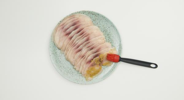Preparare i filetti di pesce spada e spalmare con l'olio e posizionare sopra il composto di olive e pomodori.