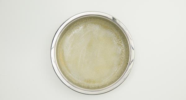 Ungere NonSoloForno 28 cm con un filo di olio e cospargere con metà del pangrattato.