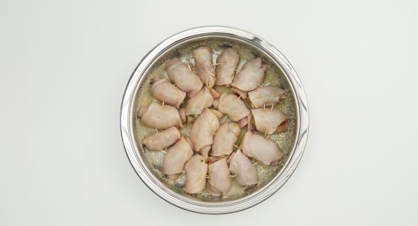 Disporre gli involtini e cospargere con il pangrattato rimanente e un filo d'olio.