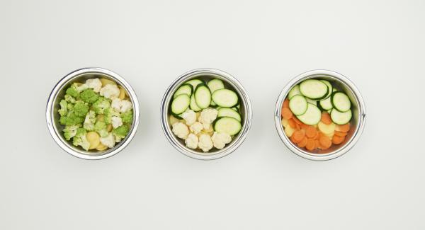 Preparare le patate e le verdure e tagliarle a fette sottili o a rosette. Disporle come si preferisce in NonSoloForno e, versarvi sopra il composto di latte e panna e coprire.
