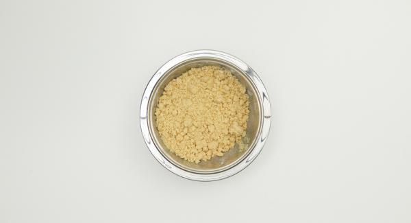 Versare la farina, lo zucchero, il sale e il burro in una terrina e lavorare fino a ottenere delle briciole di impasto. Riporre in frigo.