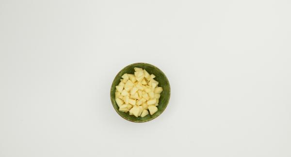 Scegliere i mirtilli, sbucciare le mele, tagliarle in quarti ed eliminare il torsolo, quindi tagliarle a cubetti. Mescolare la frutta con il succo di limone, lo zucchero vanigliato e l'amido di mais in NonSoloForno 28 cm, quindi distribuirvi sopra le briciole.