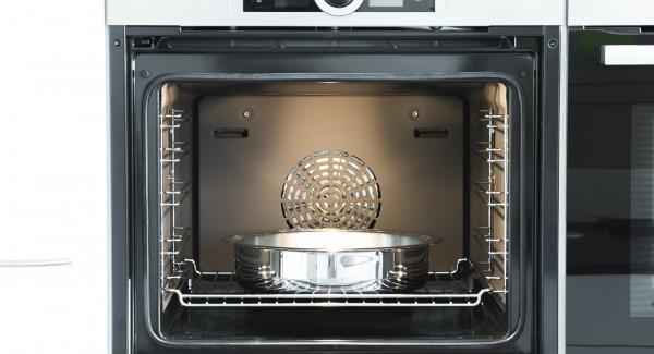 Collocare lo stampo sul ripiano più basso nel forno preriscaldato e cuocere il crumble per ca. 25 minuti.
