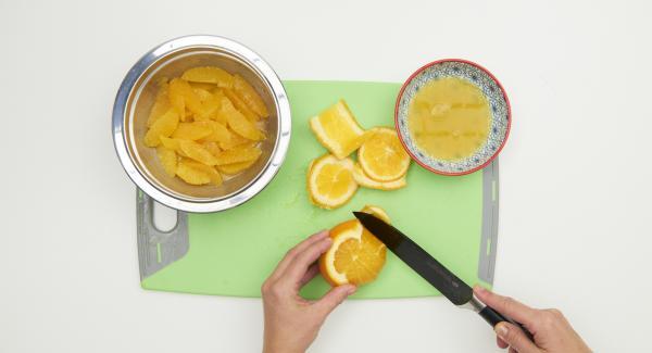 Pelare le arance e rimuovere la parte bianca esterna. Staccare gli spicchi e raccogliere il succo.