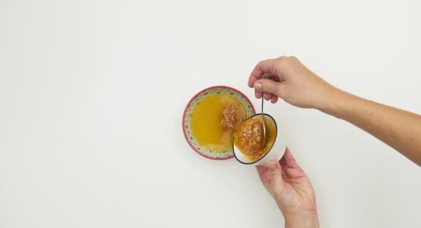 Mescolare il succo (ca. 100 ml) con la marmellata.