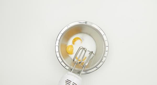 Mescolare lo zucchero con i tuorli fino a ottenere un composto morbido. Aggiungere lentamente il mascarpone e gli albumi con la panna.