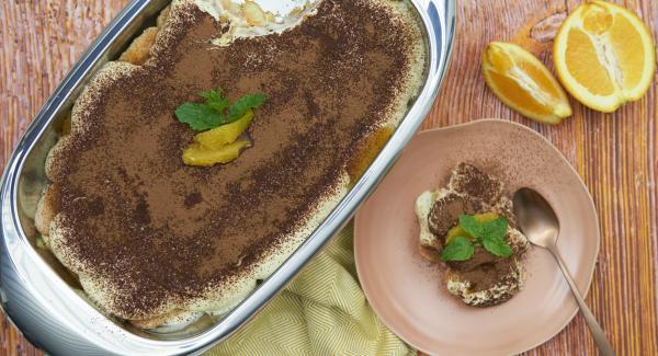 Mescolare il cacao con la cannella e cospargere la superficie del tiramisù prima di servirlo.