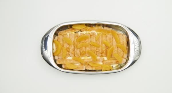 Posizionare metà degli spicchi d'arancia sui savoiardi imbevuti e aggiungere metà della crema. Disporre un altro strato di savoiardi e versare la composta di arance rimasta. Lasciar riposare ancora per qualche minuto il tutto, quindi aggiungere gli spicchi rimanenti e la crema.