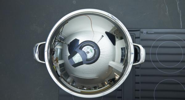 """Mettere il Wok sul fornello e regolare sul calore massimo. Accendere Audiotherm, impostare il tempo di cottura di 10 minuti su Audiotherm, applicarlo su Visiotherm e ruotarlo finché appare il simbolo """"verdura""""."""