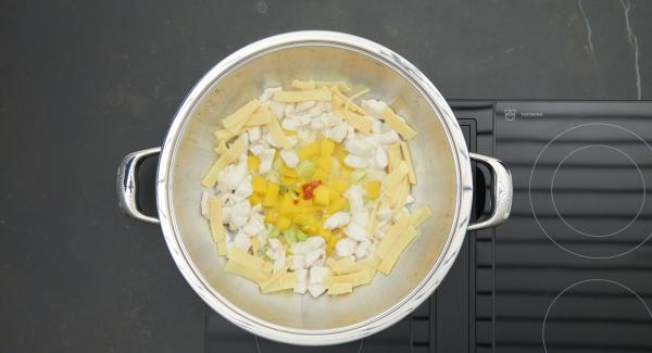 Ridurre a dadini sottili lo zenzero sott'aceto e mescolarli con cura al mango rimasto. Condire con sale e pepe.