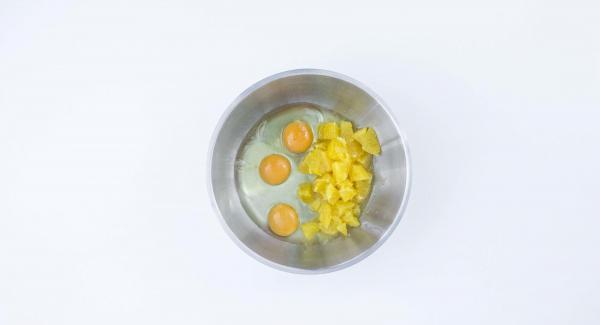 Sbucciare e tagliare l'arancia a dadini. Aggiungere le uova, l'olio, lo yogurt e lo zucchero. Tritare il tutto.