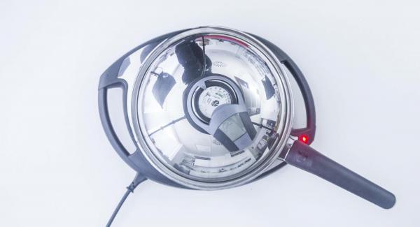 Al suono di Audiotherm, aggiungere abbondante olio. Quindi, con l'aiuto di due cucchiai, inserire piccole porzioni di impasto.