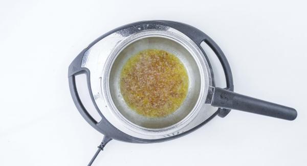 Aggiungere il burro tagliato a dadini. Agitare nuovamente sino ad ottenere una salsa ben amalgamata.