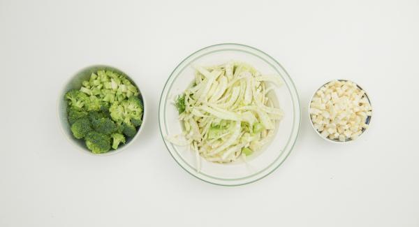 Pulire i broccoli e dividerli a rosette, tagliare gli steli a dadini. Pelare il sedano rapa e tagliare anch'esso a dadini. Pulire i finocchi e tagliarli a striscioline.
