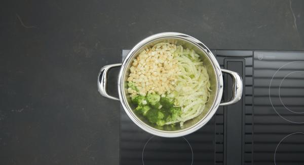 Trasferire nell'unità di cottura gli gnocchi, il brodo vegetale e il porro e portare a bollore. Insaporire con sale, pepe e noce moscata. Aggiungere il prezzemolo.