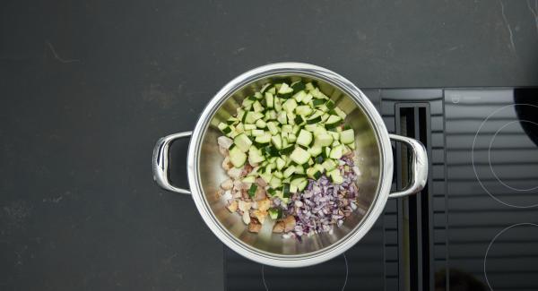 Rimuovere il coperchio e girare la carne. Aggiungere la verdura e cuocere brevemente. Quindi, aggiungere i pomodori e il brodo.