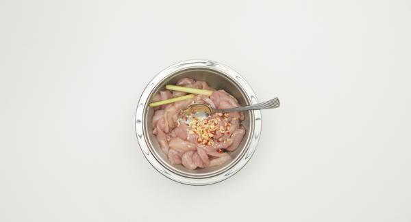 Tagliare a striscioline il petto di pollo. Pelare l'aglio, eliminare i semi del peperoncino e tagliare entrambi finemente. Aggiungere al pollo  l'olio di sesamo, spremere la citronella, unirla al peperoncino e all'aglio e far marinare coperto in frigo per un paio d'ore.