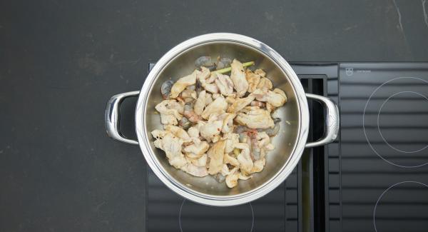 Al suono di Audiotherm, abbassare il livello e rosolare il petto di pollo marinato e i gamberi.