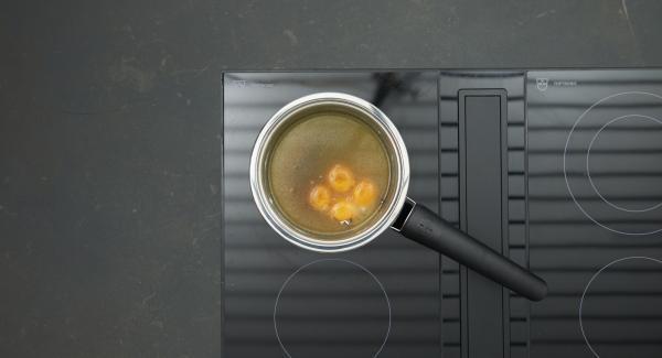 Nel frattempo, con una frusta mescolare bene gli ingredienti per la salsa in una Sateuse Prestige. Metterla sul fornello e abbassare il livello. Montare la crema fino a ottenere un composto denso e spumoso.